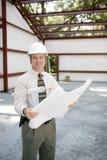 Ispettore della costruzione con le cianografie immagine stock