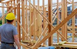 Ispettore edile che esamina nuova proprietà fotografie stock libere da diritti