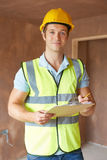 Ispettore edile che esamina nuova proprietà Immagini Stock