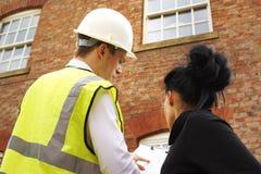 Ispettore o costruttore e proprietario di abitazione ad una proprietà immagini stock libere da diritti