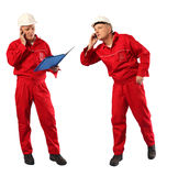 Ispettore in uniforme rossa ed elmetto protettivo bianco sul lavoro fotografia stock