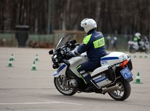 Ispettori delle abilità di allenamento della polizia stradale di azionamento estremo sui motocicli ufficiali della polizia Immagine Stock