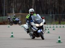 Ispettori delle abilità di allenamento della polizia stradale di azionamento estremo sui motocicli ufficiali della polizia Fotografia Stock
