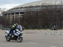 Ispettori delle abilità di allenamento della polizia stradale di azionamento estremo sui motocicli ufficiali della polizia Fotografia Stock Libera da Diritti