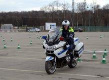 Ispettori delle abilità di allenamento della polizia stradale di azionamento estremo sui motocicli ufficiali della polizia Immagini Stock