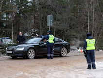 Ispettori di polizia stradale sulla strada di inverno Immagini Stock Libere da Diritti