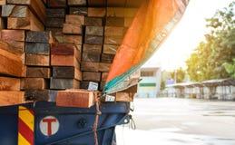 Ispezione aspettante del parco del camion di trasporto del legname Fotografie Stock