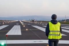 Ispezione del fuco sopra la pista dell'aeroporto con l'operatore fotografia stock