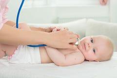 Ispezione del pediatra di piccolo bambino Immagine Stock