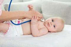 Ispezione del pediatra di piccolo bambino Fotografia Stock Libera da Diritti