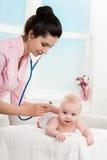 Ispezione del pediatra di piccolo bambino Fotografie Stock
