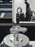 Ispezione dell'operatore cilindrica della parte automobilistica da rotondità Fotografie Stock Libere da Diritti