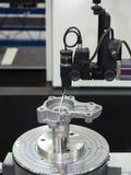Ispezione dell'operatore cilindrica della parte automobilistica da rotondità Fotografie Stock