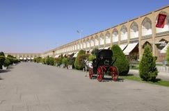 ISPHAHAN, IRAN 21 SEPTEMBRE 2018 : Le chariot dessiné par un cheval porte des touristes sur la place de Naqsh-e Jahan, Iran image stock