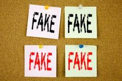 Ispirazione concettuale di titolo del testo di scrittura della mano che mostra concetto falso di affari di notizie per le notizie Fotografie Stock