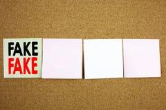 Ispirazione concettuale di titolo del testo di scrittura della mano che mostra concetto falso di affari di notizie per le notizie Fotografia Stock Libera da Diritti
