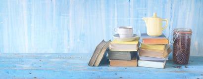 Ispirazione del caffè: tazza di caffè, caffettiera, libri fotografia stock