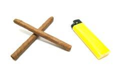Isqueiro amarelo e dois charutos Fotografia de Stock