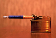 Isqueiro e cigarro do metal Imagens de Stock