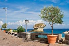 ISQUIONES, ITALIA - OCTUBRE, 11: Promenade en el puerto de Lacco Ameno en día soleado, el 11 de octubre de 2012 imagen de archivo libre de regalías