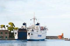 ISQUIONES, ITALIA - OCTUBRE, 11: Transbordador en los isquiones Oporto, el 11 de octubre de 2012 fotos de archivo