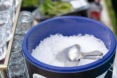 Isrör i ishink Stycken av is på ett glass magasin övre sikt arkivbild