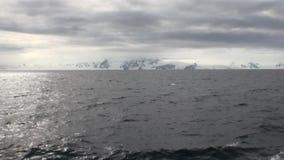 Isrörelse och snökustlinje i havet av Antarktis lager videofilmer
