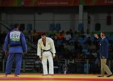 Israélien Judoka Ori Sasson chez les hommes gagnés blancs match de +100 kilogrammes avec l'EL égyptien Shehaby de l'Islam de Rio  Images stock