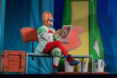 Israël, bier-Sheva - Actrice die in een oranje helm en glazen een krant op het stadium, 2015 lezen Stock Afbeeldingen