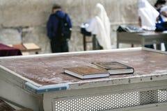 Israël - Jeruzalem - Joodse bijbel en godsdienstig boek op lijst binnen Stock Afbeelding