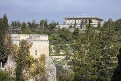 Israël - Jeruzalem - Knesset het Parlement van Israël met vlieg Stock Foto