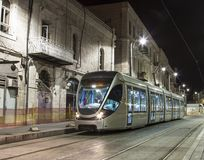 Israël - Jeruzalem - Moderne nieuwe tram testende vlucht zonder passagiers Stock Fotografie