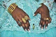 Israël, Negev, 2016 - de Handen vilden bruid in een turkooise kleding Stock Afbeelding