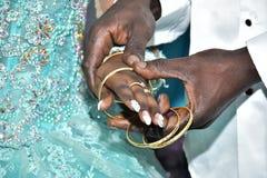 Israël, Negev, 2016 - Handen een bruid in een turkooise kleding en bruidegom met goud Royalty-vrije Stock Foto
