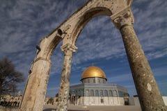 Israël - Oost-Jeruzalem - Koepel van de Rots genomen trog de haven Stock Foto's