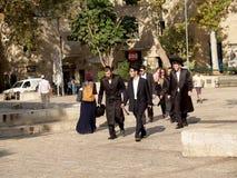 israël Orthodoxe Joden op de straat van Jeruzalem royalty-vrije stock afbeeldingen