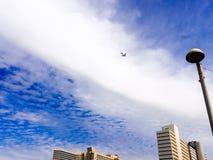 Israël, Tel Aviv - Februari 4, 2017: Vliegtuig die in de hemel boven de wolkenkrabber in Tel Aviv vliegen stock afbeeldingen