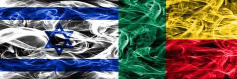 Israël versus Benin zij aan zij geplaatste rookvlaggen Israëliër en Ben royalty-vrije stock foto