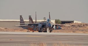 Israëlische Luchtmacht F-15 die op de baan vóór start taxi?en stock footage
