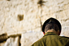 Israëlische militair die bij de loeiende muur, Jeruzalem Israël bidt Stock Foto's