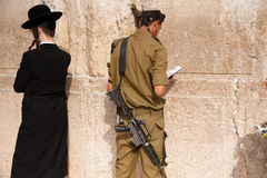 Israëlische militairen bij de Westelijke Muur van Jeruzalem Stock Afbeeldingen