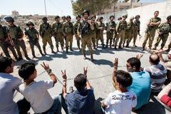 Israëlische militairen en Palestijns protest Royalty-vrije Stock Foto's