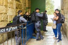 Israëlische veiligheidspolitie aan het werk bij de het Noordenuitgang van de Koepel van stock fotografie