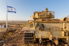 Israëlische vlag die naast een Israëlische tank van Yom Kippur War bij Tel. Saki op Golan Heights vliegen stock foto's