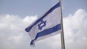 Israëlische vlag die op de wind golven stock footage