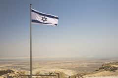 Israëlische vlag die over Masada vliegt Stock Fotografie
