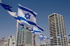 Israëlische vlag tegen de achtergrond van Tel Aviv stock afbeelding