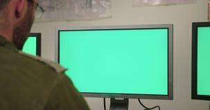 Isra?lische militairen in een militaire bevel en een controlekamer die de schermen bekijken stock videobeelden
