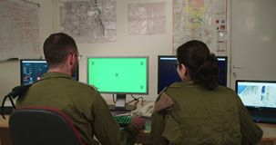 Isra?lische militairen in een militaire bevel en een controlekamer die de schermen bekijken stock footage