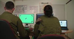 Isra?lische militairen in een militaire bevel en een controlekamer die de schermen bekijken stock video